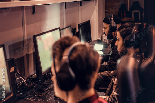 Cuadros en Lienzo  Team of teenage gamers plays in a multiplayer video game on pc in a gaming club