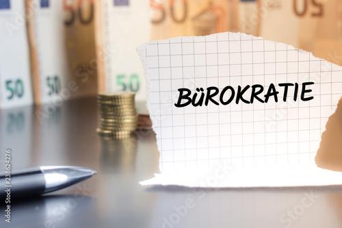 Fotografía  Bürokratie schriftlich auf einem Notizzettel