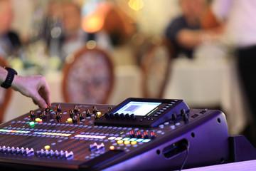 DJ miksujący muzykę na konsoli, mikserze.