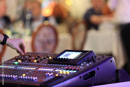 Fototapeta DJ miksujący muzykę na konsoli, mikserze. obraz