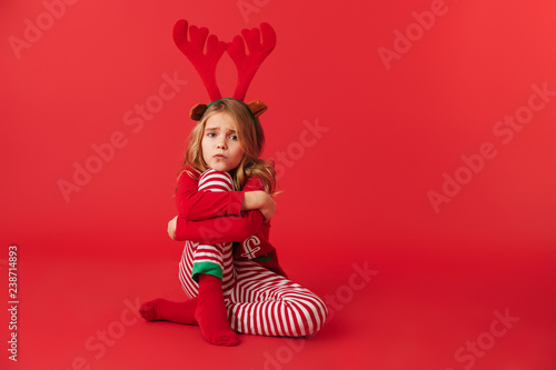 Poster Hoogte schaal Upset little girl wearing Christmas raindeer costume