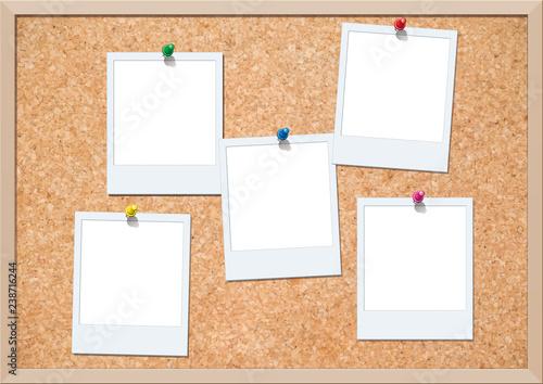 Obraz コルクボードにピン留めされたポラロイド写真 - fototapety do salonu