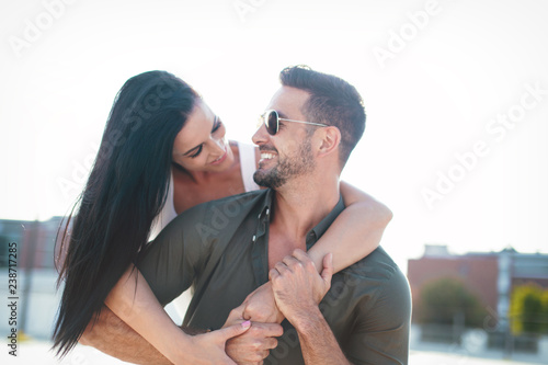 Fotografía  Happy young caucasian urban couple embracing at outdoors