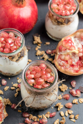 Fotografía  Yogurt pots with cereals and pomegranate