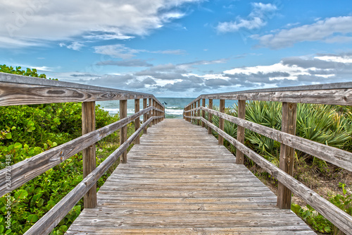 Cuadros en Lienzo Boardwalk to the Beach of Canaveral National Seashore at Cape Canaveral Florida
