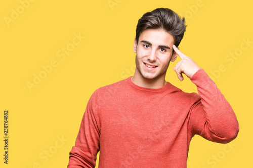 Photographie  Young handsome man over isolated background Smiling pointing to head with one fi