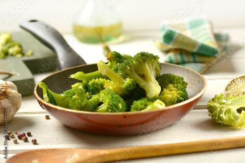 Photo stir-fried broccoli with ingredients around