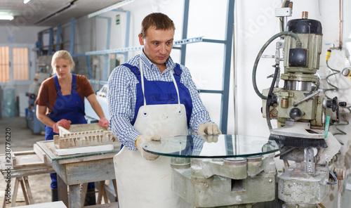 Valokuva  Man working on curved glass beveling machine