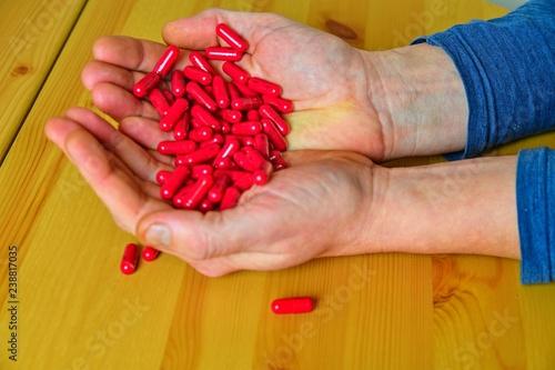 Fotografia  Many pills in a Senior's palms