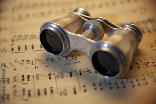 Alte Noten mit antikem Opernglas