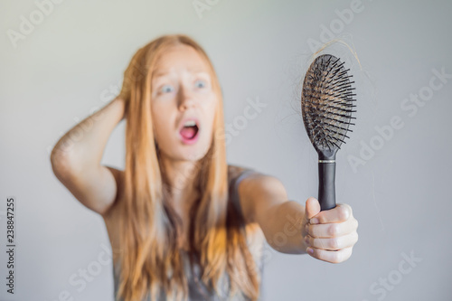 Fotografía  Hair loss in women concept. A lot of lost hair on the comb