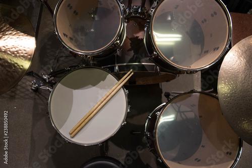 Valokuva Closeup of drumsticks lying on the professional drum set