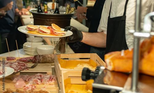 Buffet di prodotti tipici emiliani al bar, fuoco selettivo