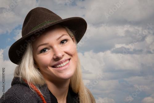 Photographie  Glückliche  junge Frau mit Lodenhut
