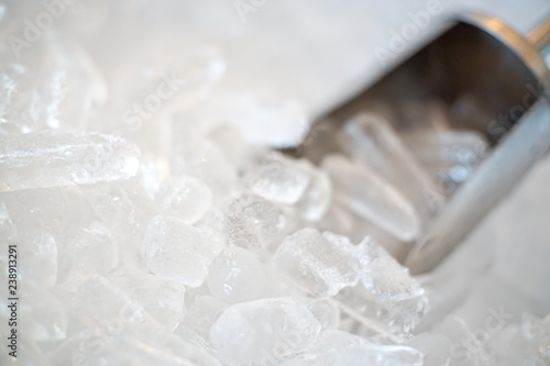 Fotografía  Close up of Stainless steel bar ice scoop in Ice bucket.