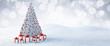 canvas print picture - Weißer Weihnachtsbaum mit Geschenken im Schnee