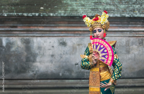Photo balinese legong dancer in traditional outfit and full make up
