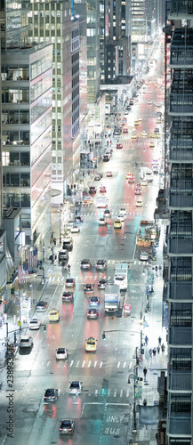 In de dag New York City City traffic at night, aerial view of main avenue, New York City