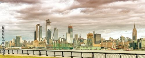 In de dag New York City Hudson Yards skyscrapers and Manhattan skyline in New York City as seen from Jersey City