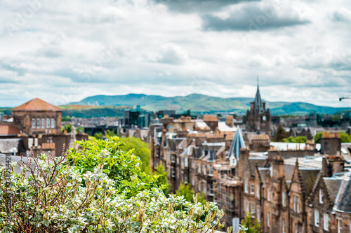 Poster de jardin Con. Antique View to the city of Edinburgh with its historic houses and alleyways, Scotland