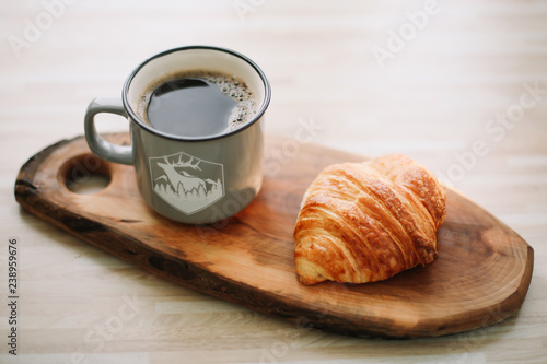 Photo Stands Coffee beans Mug of hot coffee and croissant on a wooden tray. breakfast concept.