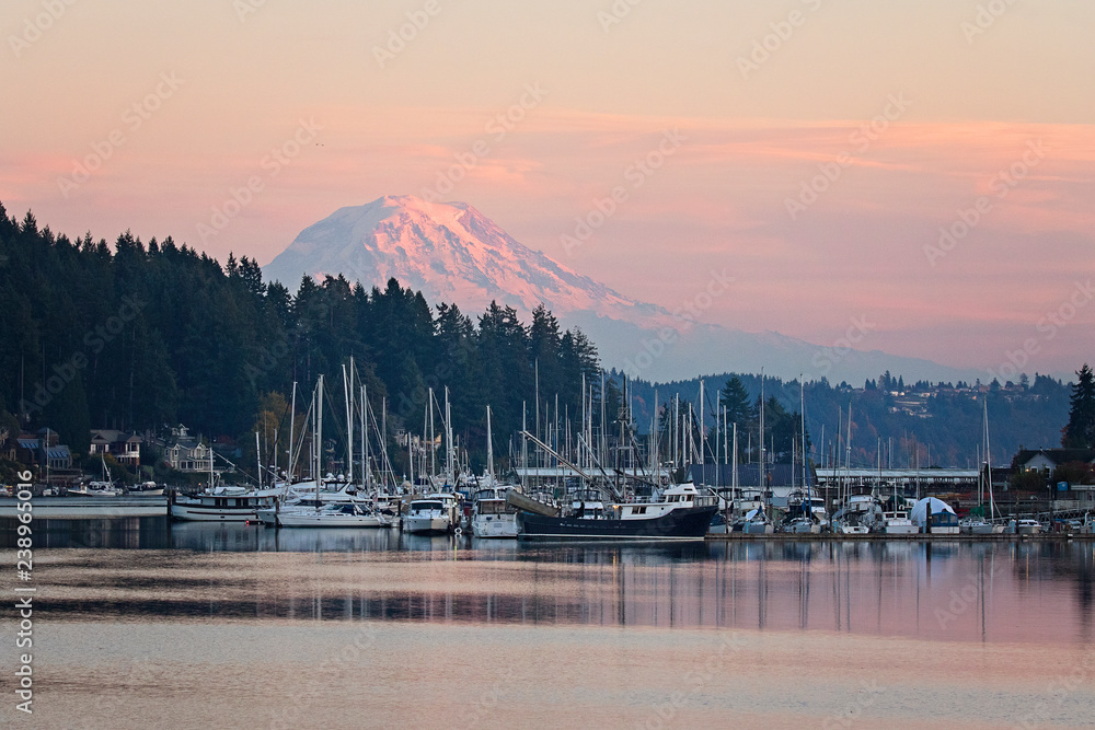 Fototapety, obrazy: mt rainier in seen in the little town of gig harbor in washington state, boats and ships in the harbor frame the mountain