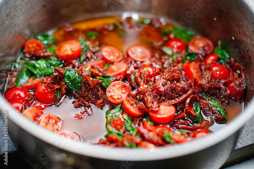 In de dag Buffet, Bar Cooking tomato sauce with tomato and basil by chef