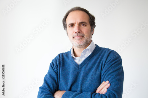 Confident middle aged man posing with crossed arms Canvas-taulu