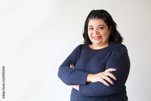 Photo  Successful overweight Hispanic woman posing with crossed arms