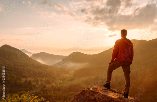 Poster Lieu connus d Asie Traveler man standing on top of rock in the mountains.
