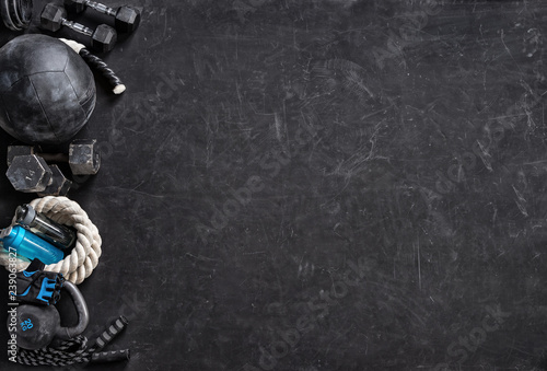 Fotomural  Sports equipment on a black background. Top view. Motivation