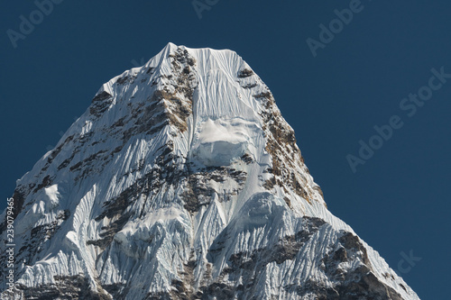 Photo  The snowy peak of Mount Ama Dablam, one of the most beautiful mountains in the world