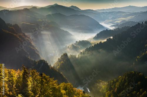 mglisty-krajobraz-gorski-jesienny-poranek-polska-i-slowacja