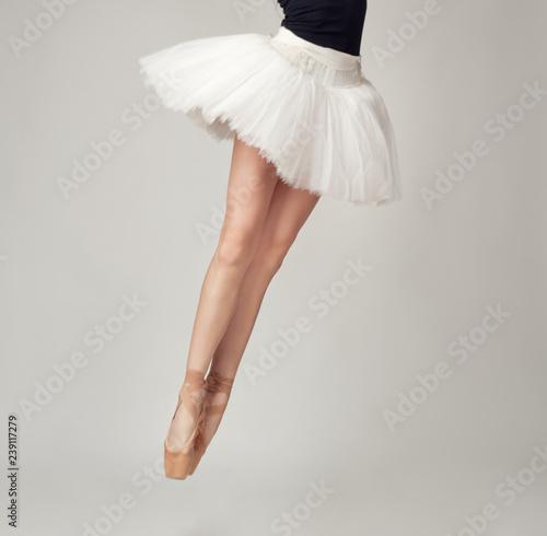 Fotografía  Unrecognizable female ballet dancer