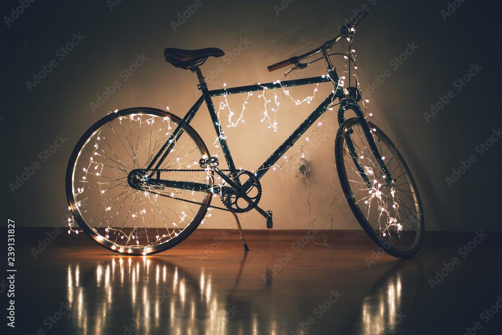 Rower świąteczny ozdobiony latarniami