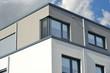 Glasfenster über Eck mit Rolladen an modernem Wohngebäude