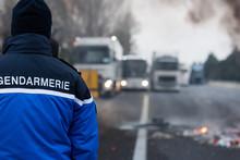 Gendarme De Dos Face à Des Camions Bloqué Sur L'autoroute - Manifestation