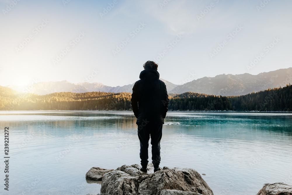 Fototapeta Mensch von hinten schaut auf wunderschönen See bei Sonnenaufgang