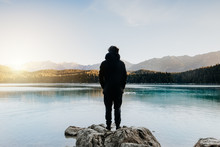 Mensch Von Hinten Schaut Auf Wunderschönen See Bei Sonnenaufgang