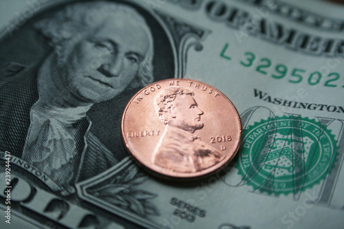 Fotomural  2018 Penny With One Dollar Bill Close Up