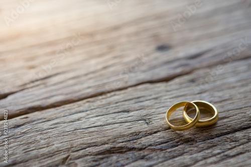Obraz na plátně Two gold rings on wooden