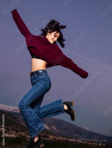 Photo joven saltando feliz