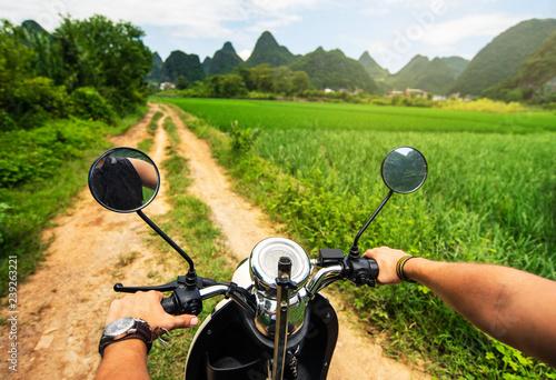 Photo  Traveler riding motorbike on Asian trip