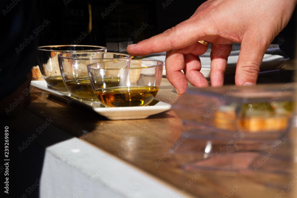 Fototapety, obrazy:  Señalar diferentes tipos de aceite de oliva.