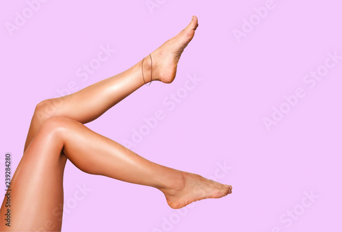 Photo  Beautiful smooth woman's legs after laser hair removal on the colorful backgroun