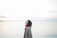 夕方の海の女性