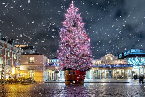 Beleuchtete Bilder Weihnachten.Weihnachten In London Der Beleuchtete Weihnachtsbaum Im Bezirk