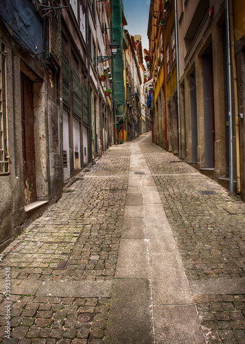 Fototapeten Schmale Gasse Uphill Narrow Cobblestone Alley, Porto, Portugal