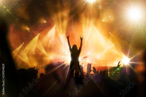 concert rock artiste musique musicien guitariste public ambiance main levée spot lumière scène - 239334629