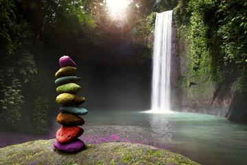 Spokoj, spokoj i mirna tišina u prirodi, kamenje naslagano u blizini tropskog vodopada